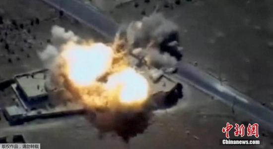 """资料图:俄罗斯空天军轰炸机从空中,对叙利亚境内的""""伊斯兰国""""武装分子和设施实施打击。"""