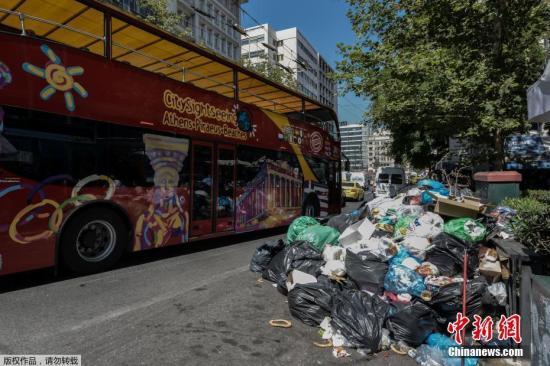"""此前,希腊政府曾试图延长这些工人的合同,但被法院判定违反宪法。希腊内政部表示,他们将努力寻找其他解决方案,以保证提供至少2500个永久职位。由于多日垃圾收集工作不能正常进行,在雅典一些地方,人行道上已经堆满垃圾,而在商场、饭店外面,垃圾更是堆积如山。加之雅典已经迎来持续高温天气,这个城市的气味""""非常糟糕""""。"""