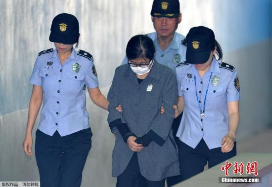 当地时间6月23日,崔顺实抵达韩国首尔中央地方法院参加宣判。
