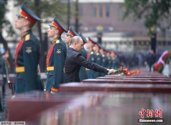 资料图:当地时间2017年6月22日,俄罗斯莫斯科,俄罗斯举行纪念卫国战争开始76周年活动,总统普京向克里姆林宫墙无名烈士墓献花圈,纪念在苏联反纳粹战争中牺牲的人们。当天现场下起了大雨,普京献花圈时并未打伞,任凭雨水落在身上。