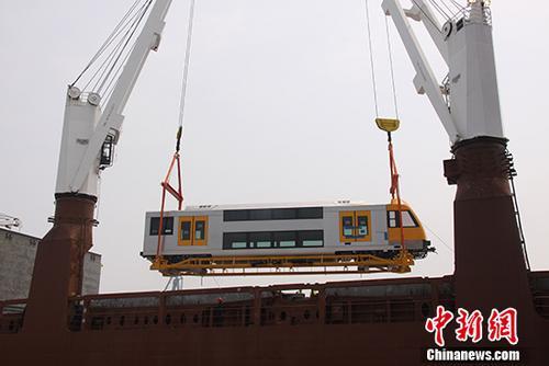 """过去五年,作为""""中国制造""""的代表,中国轨道交通装备在国际市场不断取得突破,完成了由配件出口到整车出口、由中低端产品到高端产品、由欠发达市场到发达市场的转变。搭载着肤色各异的乘客每天在全球各地奔跑着的中国制造轨道车辆,已成为一张闪亮的""""中国名片""""。资料图为中国第一列出口发达国家的双层不锈钢客车——澳大利亚不锈钢双层动车组。(中车长客供图) 中新社记者 钟欣 摄"""