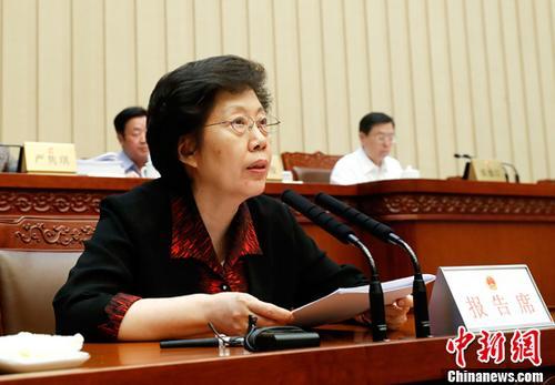 6月23日,十二届全国人大常委会第二十八次会议在北京人民大会堂举行第二次全体会议。受国务院委托,审计署审计长胡泽君作了关于2016年度中央预算执行和其他财政收支的审计工作报告。中新社记者 杜洋 摄