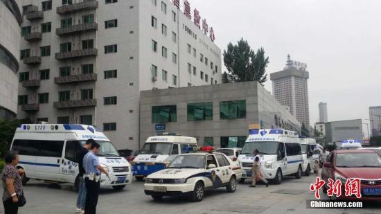 四川茂县山体垮塌 四川应急移动医院集结准备。 钟欣 摄