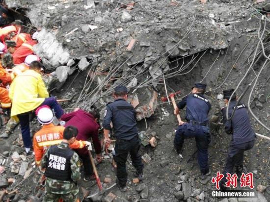 图为救援人员在事故现场。 中新社记者 刘忠俊 摄