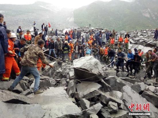 四川茂县山体垮塌100余人失踪现场400余人救援