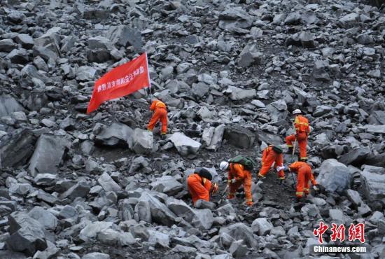 6月24日,拍摄的救援现场。当日,四川茂县叠溪镇新磨村新村组富贵山山体突发高位垮塌,导致62户120余人被掩埋。目前,大批救援人员正在现场展开紧张救援工作。 刘忠俊 摄