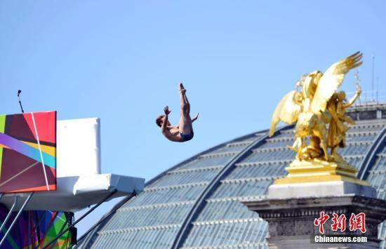 """6月23日,正在申办2024年奥运会的巴黎市政府以塞纳河和著名的亚历山大三世桥为""""舞台""""举行""""奥林匹克日""""活动,向民众推广奥运会体育项目,并组织市民参加运动体验。图为跳水运动员在塞纳河上为市民表演。 <a target='_blank' href='http://www.chinanews.com/'>中新社</a>记者 龙剑武 摄"""
