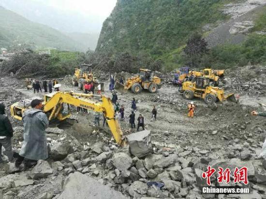 图为大型机械已赶往现场,投入救援。 四川省交通运输厅 供图