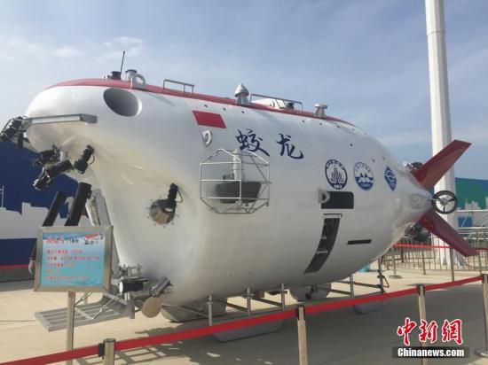 """6月23日,中国国家海洋局官员表示,经过5年试验性应用,""""蛟龙""""号载人潜水器计划2019年前完成改造和技术升级,随后进行业务化运行。图为6月23日,""""蛟龙""""号1:1模型在国家深海基地码头展出。 中新社记者 阮煜琳 摄"""