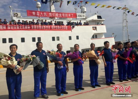 """资料图:6月23日国家深海基地码头举行简短的欢迎""""向阳红09""""号船凯旋仪式。 中新社记者 阮煜琳 摄"""