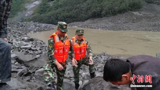 6月24日6时左右,四川茂县叠溪镇新磨村突发山体高位垮塌,40余户100余人被掩埋。 阿坝武警 供图