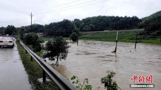 入汛以来,湖南多地先后降下暴雨。6月22日开始,湖南桃江县遭遇今年最强降雨,加之上游水库泄洪,资江桃江段水位连日来持续上涨,造成多地被洪水浸没。王鹏 摄