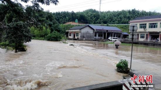 资料图 湖南桃江县洪水漫入居民房屋。 王鹏 摄
