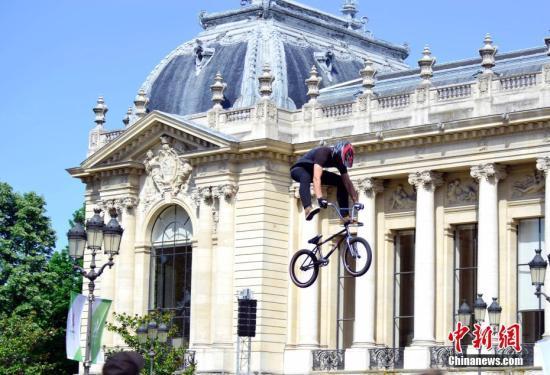 """6月23日,正在申办2024年奥运会的巴黎市政府以塞纳河和著名的亚历山大三世桥为""""舞台""""举行""""奥林匹克日""""活动。 中新社记者 龙剑武 摄"""