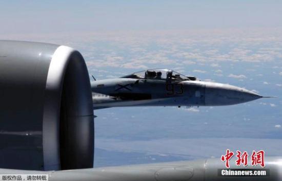 资料图:今年6月19日,俄罗斯苏-27战机空中拦截美国RC-135U侦察机。