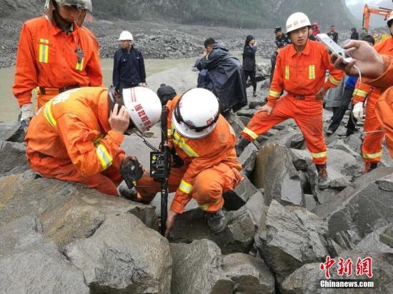 图为救援人员使用生命探测设备救援。 钟欣 摄