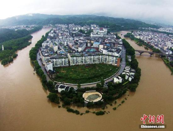 资料图 。江西省婺源县因持续强降雨,造成河水暴涨,部分农田、道路被淹。(6月24日摄) 图/程新德
