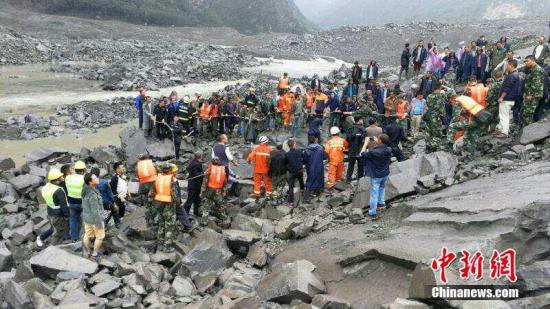 6月24日6时左右,四川茂县叠溪镇新磨村突发山体高位垮塌,40余户100余人被掩埋。 钟欣 摄