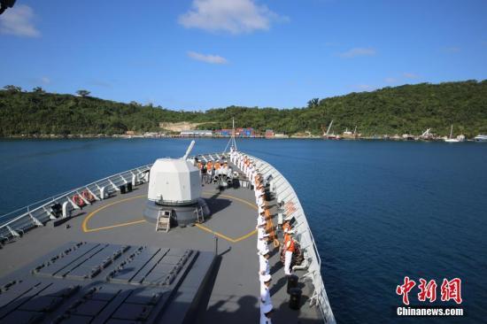 6月24日,中国海军第二十五批护航编队抵达维拉港,开始访问瓦努阿图。图为舰艇编队缓缓驶入维拉港。 中新社记者 黎友陶 摄
