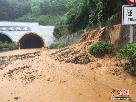 资料图 6月24日,杭瑞高速公路晓起隧道往婺源方向出口,巨大的洪水掺杂着泥石流不断涌入高速公路路面,往隧道里倒灌。 夏睿德/图