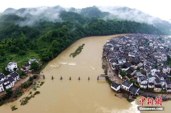 6月25日,中国减灾委、民政部对江西省启动国家救灾四级应急响应。6月21日至今,江西受强降雨袭击,多地受淹严重。程新德 摄