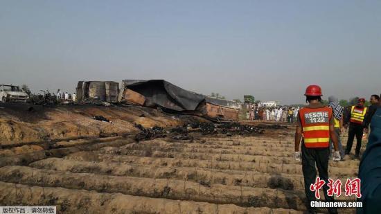 当地时间6月25日,巴基斯坦巴沙瓦一辆油罐车翻车后起火,至少造成123人遇难,另外有数十人受伤。图为事故现场。