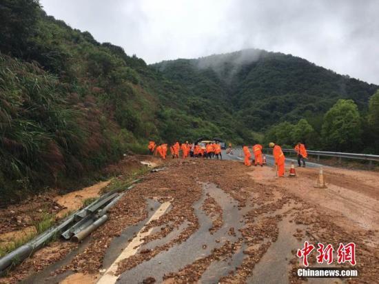 资料图:自然灾害之一――山体塌方。 解天明/图 王剑/文