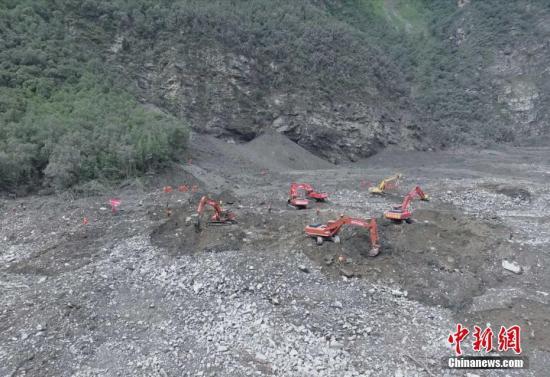 6月25日,航拍四川茂县山体垮塌救援现场。 中新社记者 刘忠俊 摄