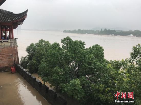 6月25日,由于连续强降雨,浙江兰溪水位猛涨。当地已启动防汛一级应急响应,发布今年第一号人员转移令。 中新社记者 奚金燕 摄