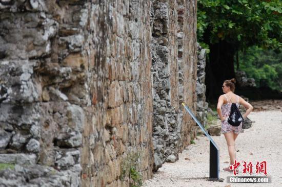 当地时间2017年6月24日,游客在已被列入世界文化遗产名录的巴拿马古城参观。位于巴拿马首都巴拿马城东侧的古城是今天这座中美洲名城的历史起点,也是西班牙殖民者在美洲大陆太平洋沿岸建立的第一座城市。它建于约500年前,1671年遭英国海盗劫掠焚毁。如今剩下的残垣断壁仍依稀可见16世纪的欧洲建筑风格。 <a target='_blank' href='http://www.chinanews.com/'>中新社</a>记者 余瑞冬 摄