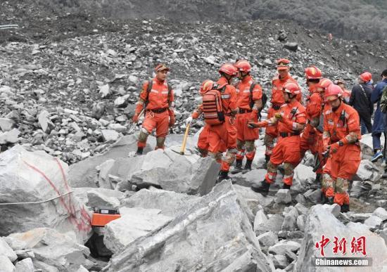 6月25日,消防官兵用雷达进行搜救。 中新社记者 安源 摄