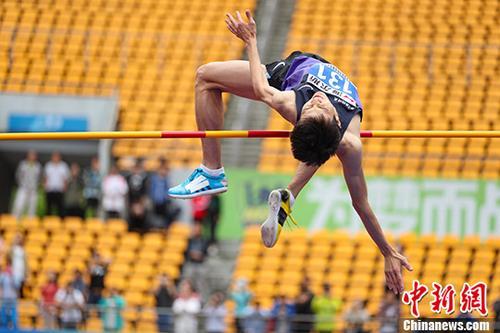 6月25日,北京选手王宇进行男子跳高比赛。 <a target='_blank' href='http://www.chinanews.com/'>中新社</a>记者 贺俊怡 摄