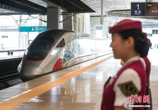 """6月26日,具有完全自主知识产权的中国标准动车组""""复兴号""""在京沪高铁正式双向首发。中新社记者 侯宇 摄"""