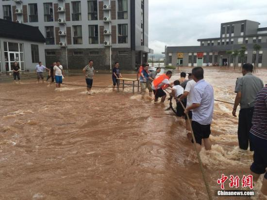 6月26日凌晨,广西桂林市遭遇强降雨,一夜暴雨导致桂林市区多处严重内涝。 张文源 摄