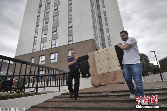 当地时间2017年6月25日,英国,据外媒报道,伦敦格兰菲塔(Grenfell)住宅大楼大火造成79人丧命后,英国政府24日说,英格兰计有27栋住宅大楼外墙包材未通过消防安全测试。