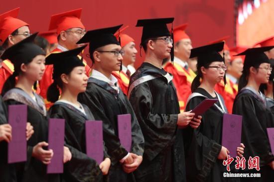 南京中医药大学举行2017届毕业生毕业典礼暨学位授予仪式。 中新社记者 泱波 摄