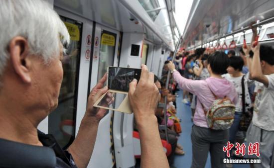 资料图:河北石家庄地铁进行载客试运营。 记者 韩冰 摄