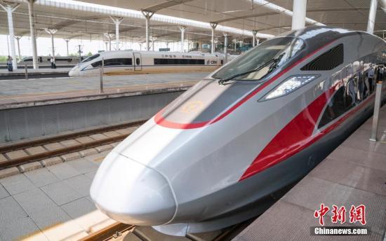 """北京南站始发的""""复兴号""""列车途经济南西站。 记者 侯宇 摄"""