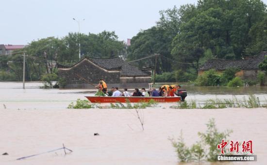 江西丰城一村庄被洪水围困 25名被困村民紧急转移 。付涛 摄