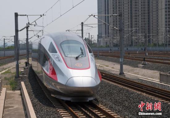 """资料图:北京南站始发的""""复兴号""""列车途经济南西站。 记者 侯宇 摄"""
