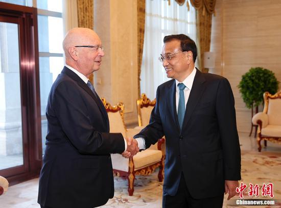 6月26日下午,中国国务院总理李克强在大连国宾馆会见来华出席2017年夏季达沃斯论坛的世界经济论坛主席施瓦布等与会嘉宾代表。 中新社记者 刘震 摄