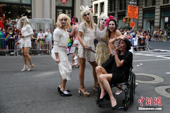 当地时间6月25日,全球最大的同性恋骄傲大游行在纽约曼哈顿中城拉开帷幕。游行队伍绵延数公里,游行时间持续了一下午。中新社记者 廖攀 摄