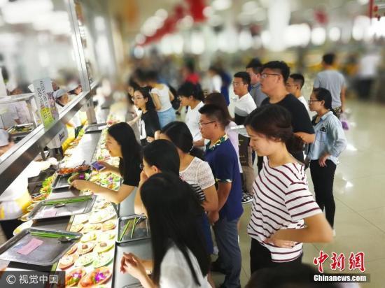 资料图:一高校食堂。图片来源:视觉中国