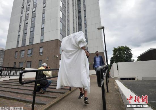 北伦敦有5栋住宅大楼,因消防队说不安全,近4000名居民被迫撤离。