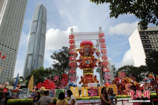 """6月25日,""""庆祝香港特别行政区成立20周年纪念--华灯闪烁耀香江""""大型传统扎作花灯展暨文化传统亲子工作坊在中环举行,展出传统民间扎作花灯。彩灯的主题围绕香港特色。花灯展览从6月25日起至7月25日在皇后像广场展出。<a target='_blank' href='http://www.chinanews.com/'>中新社</a>记者 洪少葵 摄"""