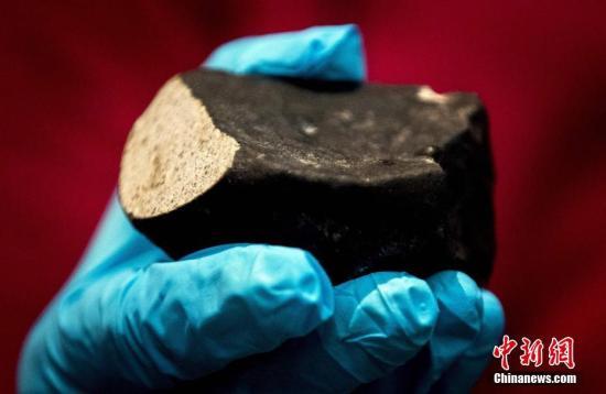 当地时间2017年6月26日,荷兰莱顿,科学家展示L6型球粒陨石。这颗陨石在2017年1月11日降落。是迄今为止在荷兰发现的第六颗陨石。这颗45亿年前的陨石可能拥有太阳系诞生线索。图片来源:视觉中国