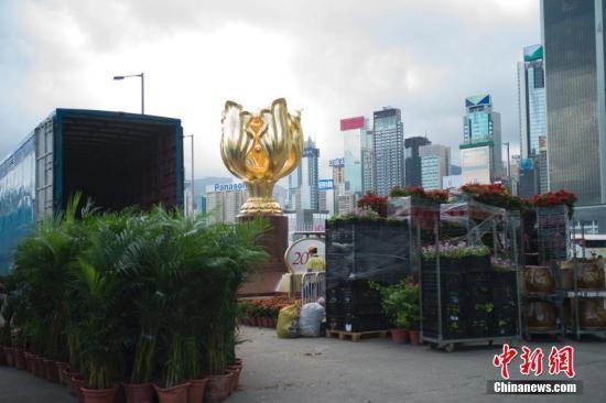 6月27日,香港金紫荆广场开始布置鲜花,香港庆祝回归祖国20周年气氛渐浓。 中新社记者 盛佳鹏 摄