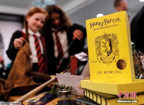 """2017年6月26日,是风靡世界的魔幻小说《哈利・波特》首部《哈利・波特与魔法石》出版20周年的日子,英国各地""""哈迷""""们举行庆祝活动,为了纪念这个""""魔法世界""""诞生20周年。图为赫奇帕奇特别版《哈利・波特与魔法石》。"""