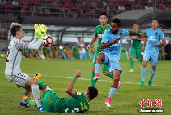 6月26日晚,中超足球联赛第14轮,北京中赫国安(绿衣)主场零比零与江苏苏宁易购(蓝衣)战平。中新社记者 毛建军 摄