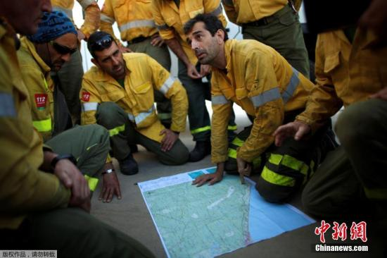 当地时间2017年6月26日,西班牙Mazagon,救火工作持续进行。25日,位于西班牙南部安达卢西亚省莫格尔的多纳纳国家公园附近发生大火,数百名消防人员紧急灭火,当局已疏散了火灾区域附近的1500多人。当地政府表示,大部分被疏散的人群住在国家公园营地内,目前没有接获任何人员伤亡的报告。据悉,大火是从25日晚上烧起的,一直烧到26日早上。紧急部门表示,他们派出了550人和23架直升机、飞机参与灭火行动。目前,火灾发生原因仍不确定。但当局表示,不排除人为因素。